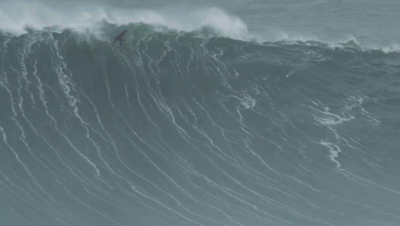 Surf XXL Surf XXL à la rame : Air drop take off hallucinant de Tom Lowe à Nazaré
