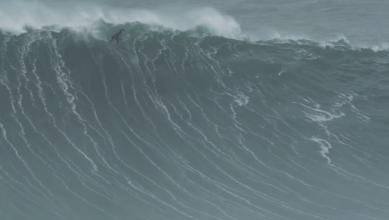 Surf XXL Surf XXL à la rame : Air drop take off hallucinant de Tom Lowe à Nazaré
